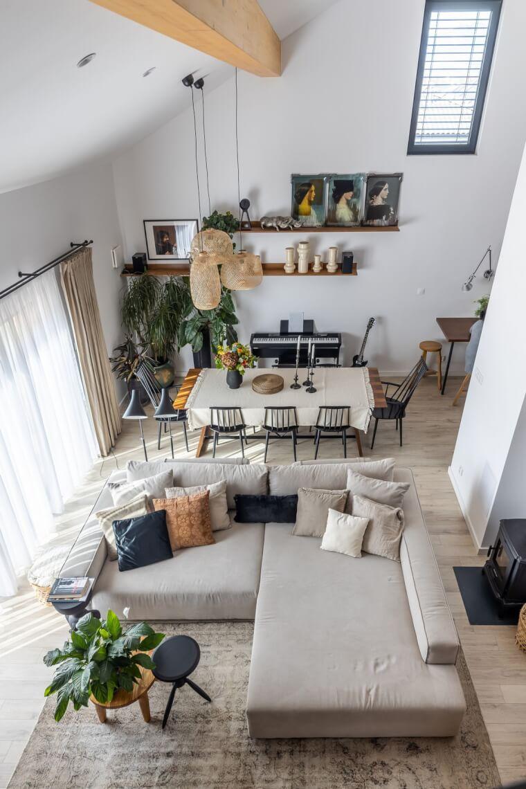Pohled na obývací pokoj s velkou sedačkou